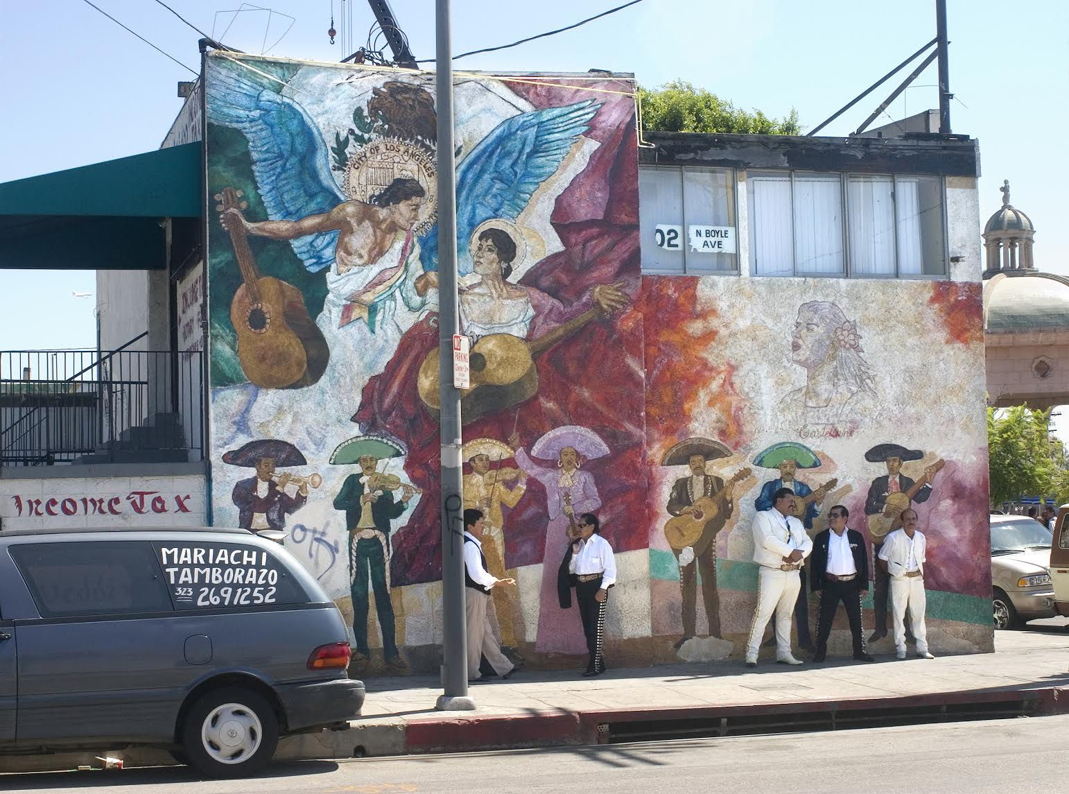 <p>Mural and mariachi band</p>