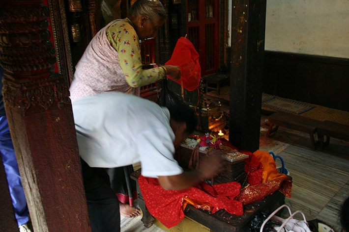 <p>Web 7-1 Paying homage to the book prior to the beginning of the ritual, Kwā Bāhā, Patan, Nepal, June 30, 2004.</p>